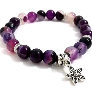 Purple stone karkötő virágos díszítéssel, Ékszer, Karkötő, Ékszerkészítés, Vidám lila kőből készült karkötő, mely garantáltan feldobja az öltözetedet :)  Rugalmas gumidamilra..., Meska