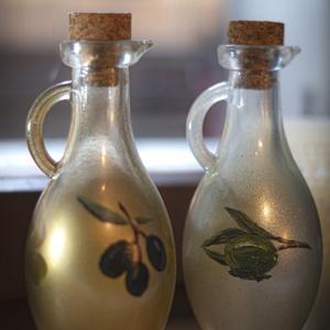 Olivaolajos és Balzsamecetes üvegek, Otthon & Lakás, Konyhafelszerelés, Üveg & Kancsó, Festett tárgyak, Üvegművészet, Szuvenírként kapta édesanyám valamelyik mediterrán országból a két üveget eredeti tartalmával és átl..., Meska