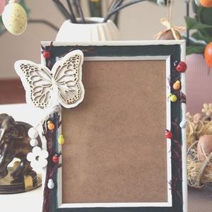Tavaszi pillangós képkeret, Otthon & Lakás, Dekoráció, Képkeret, Festett tárgyak, Ez a kedves kis képkeret könnyen tavaszi hangulatot varázsol a szobába, és feldobja a családi, ünnep..., Meska