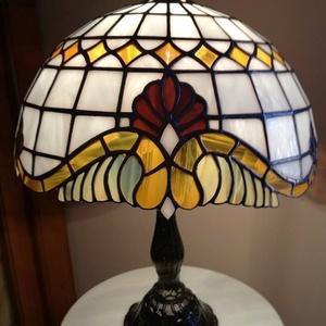 Tiffany lámpa, Dekoráció, Otthon & lakás, Lakberendezés, Lámpa, Asztali lámpa, Üvegművészet, Tiffany lámpa. (barokk)\nA lámpaernyő átmérője:30cm.\nA lámpa teljes magassága:40cm.\nBármilyen más szí..., Meska