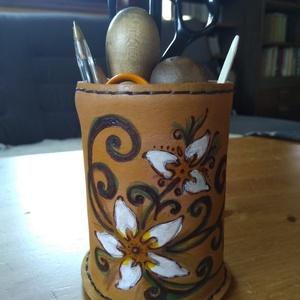Asztali tolltartó, Otthon & lakás, Lakberendezés, Tárolóeszköz, Bőrművesség, Növényi cserzett marhabőrből készült asztali tolltartó, kézi varrással, egyedi mintával és festéssel..., Meska