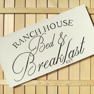 018 Egyedi Bed and Breakfast 60x30 cm, Otthon & lakás, Dekoráció, Kép, Lakberendezés, Falikép, Famegmunkálás, Festett tárgyak, Kézzel készített fa tábla:\n\nalap: fenyő,\nfehér háttérfestés,\nfekete betűk.\n\n(barna fenyő keret külön..., Meska