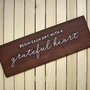 016 Begin each day with a grateful heart 60x20 cm, Otthon & lakás, Dekoráció, Kép, Lakberendezés, Falikép, Famegmunkálás, Festett tárgyak, Kézzel készített fa tábla:\n\nalap: fenyő,\nsötétbarna háttérfestés,\nfehér betűk.\n\n(barna fenyő keret k..., Meska