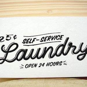 136 Laundry 21x11 cm, Otthon & lakás, Dekoráció, Lakberendezés, Kép, Falikép, Famegmunkálás, Festett tárgyak, Kézzel készített fa tábla:\n\nalap: újrahasznosított fa,\nfehér háttérfestés,\nfekete betűk.\n\nAz alapozá..., Meska