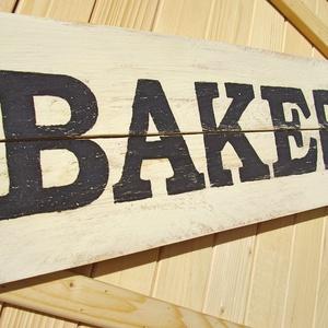 014 Bakery 65x20 cm konyhai tábla, Otthon & lakás, Lakberendezés, Falikép, Dekoráció, Kép, Famegmunkálás, Festett tárgyak, Kézzel készített fa tábla:\n\nalap: raklap fa,\nfehér koptatott háttérfestés,\nfekete betűk.\n\nAz alapozá..., Meska