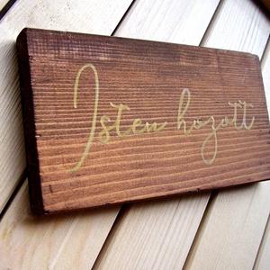 Isten hozott 11x18 cm fa tábla, Otthon & lakás, Dekoráció, Kép, Lakberendezés, Falikép, Famegmunkálás, Festett tárgyak, Kézzel készített fa tábla:\n\nalap: újrahasznosított fa,\nbarna háttérfestés,\narany színű betűk.\n\nAz al..., Meska