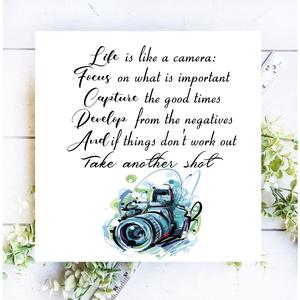 Life is like a camera 30x30 cm fa tábla , Otthon & Lakás, Dekoráció, Táblakép, Famegmunkálás, Festett tárgyak, Kézzel készített fa tábla:\n\n- alap: nyírfa,\n- fehér háttérfestés,\n- fekete betűk,\n- akasztó.\n\nBarna ..., Meska