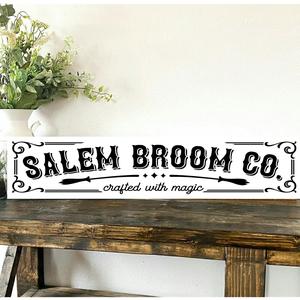 Salem Broom Co. 80x20 cm fa tábla, Otthon & Lakás, Dekoráció, Táblakép, Famegmunkálás, Festett tárgyak, Kézzel készített fa tábla:\n\n    alap: nyírfa,\n    fehér háttérfestés,\n    fekete betűk,\n    akasztó...., Meska