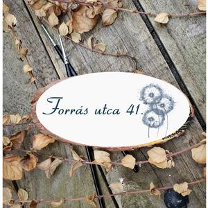 Utca tábla - választhatü 4 féle virág mintával kb.14x38 cm fa szelet, Otthon & Lakás, Ház & Kert, Házszám, Famegmunkálás, Festett tárgyak, Kézzel készített fa tábla:\n\nalap: nyírfa szelet,\nfehér háttérfestés,\nfekete vagy zöld betűk,\nakasztó..., Meska