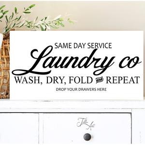 Same day laundry service 40x20 cm, Táblakép, Dekoráció, Otthon & Lakás, Famegmunkálás, Festett tárgyak, Kézzel készített fa tábla:\n\nalap: fenyő,\nfehér/fekete háttérfestés,\nfekete/fehér betűk,\nakasztó\n\nAz ..., Meska