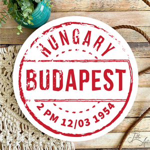 Budapest pecsét, kopott 30 cm fa tábla, Otthon & Lakás, Dekoráció, Táblakép, Famegmunkálás, Festett tárgyak, Kézzel készített fa tábla:\n\nalap: nyírfa,\nfehér háttérfestés,\nszínes grafika,\nakasztó.\n\nAz alapozás ..., Meska