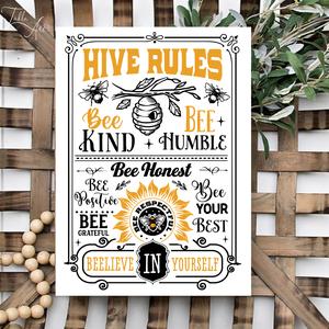 Hive rules 32x20 cm fa tábla, Otthon & Lakás, Dekoráció, Táblakép, Famegmunkálás, Festett tárgyak, Kézzel készített fa tábla:\n\nalap: nyárfa,\nfehér háttérfestés,\nfekete/sárga színek,\nakasztó.\n\nAz alap..., Meska