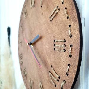 Kötél óra - barna 30 cm nyírfa, Otthon & Lakás, Dekoráció, Falióra & óra, Famegmunkálás, Festett tárgyak, Kézzel készült fa tábla:\n\n    -alap: nyírfa,\n    -barna háttérfestés és zsinórok,\n    -akasztó,\n    ..., Meska