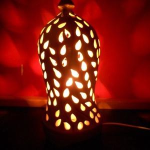 Fehér hangulatlámpa virág motívummal, Lakberendezés, Otthon & lakás, Lámpa, Hangulatlámpa, Kerámia, A lámpatest korongozott, áttörése kézzel készült. A lámpa fehér, a virág szára vésett, vörös szín em..., Meska