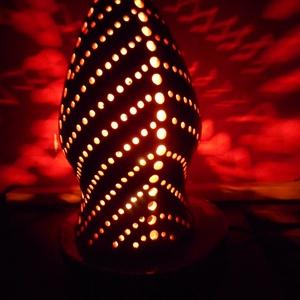 Sárga-fehér hangulatlámpa, Otthon & Lakás, Lámpa, Hangulatlámpa, Kerámia, A lámpa négy oldalán nagyobb lyukak futnak végig. Egy-egy ilyen sort kisebb, ferdén elhelyezett lyuk..., Meska