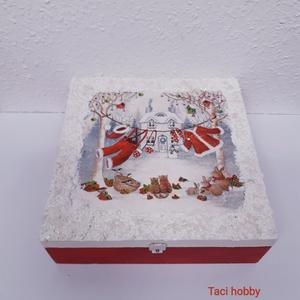 Karácsonyi piros doboz, Karácsony & Mikulás, Decoupage, transzfer és szalvétatechnika, Fa dobozt festettem és díszítettem elsősorban decoupage technikával. Került rá még a télies hangulat..., Meska
