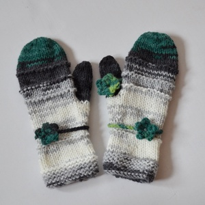 Hó és remény - szín a télben. Fehér, szürke, fenyőzöld - egyujjas kesztyű készlet horgolt virágokkal  (Taffa) - Meska.hu