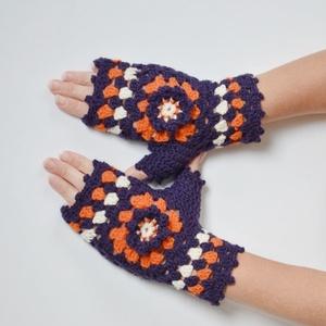 Padlizsánlila és sütőtök - mély lila és narancssárga színből készült horgolt kézmelegítő virág motívummal. - ruha & divat - sál, sapka, kendő - kesztyű - Meska.hu