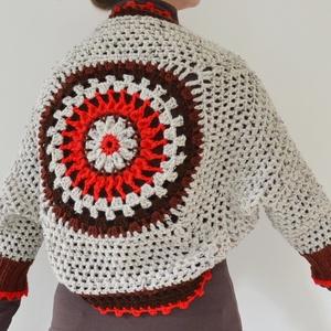Piros - barna mandala - horgolt buborék kardigán bolero kör alakú díszítéssel a hátán, piros, barna, szürke színben., Táska, Divat & Szépség, Női ruha, Ruha, divat, Poncsó, Horgolás, Horgolt buborék-bolero kardigán (shrug), melynek hátát kör alakú mandala minta díszíti. A bolerónak..., Meska