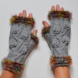 Levélinda - őszi levél mintás kézmelegítő ezüst színű fonalból. Jöhet az ősz és a tél!, Ruha & Divat, Sál, Sapka, Kendő, Kesztyű, Kötés, Őszi levél: 3D kötött leveles inda díszíti ezt a kézmelegítőt, mely szabadon hagyja az ujjvégeket mo..., Meska