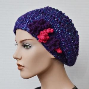Lila - pink barett sapka - Horgolt barett sapka gyapjú tartalmú fonalból, lila és pink díszítéssel. Jöhet a tél! (Taffa) - Meska.hu