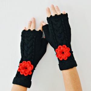 Carmen - fonott mintás fekete kézmelegítő levehető piros virágdísszel. Mikulás piros horgolt virág dísz., Ruha & Divat, Sál, Sapka, Kendő, Kesztyű, Kötés, Horgolás, Végig egy fonott minta fut ezen a kézmelegítőn, mely az ujjvégeket szabadon hagyja mobilozáshoz. Egy..., Meska