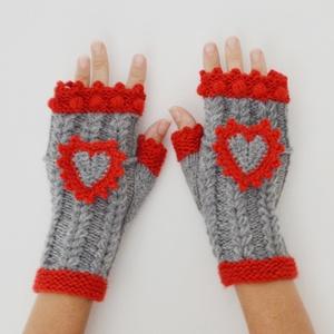 Meseszív - kötött kézmelegítő levehető horgolt szív dísszel - szürke - piros színösszeállítás. Jöhet a tél!, Ruha & Divat, Sál, Sapka, Kendő, Kesztyű, Levehető piros szélű horgolt szívek díszítik ezt a kézmelegítőt, mely rásimul a kézre. Az ujjvégeket..., Meska