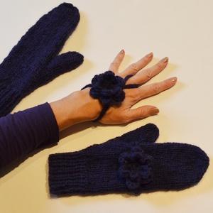 Égbolt kékje - mélykék kötött kesztyű variálható 3D horgolt virágdísszel, puha, meleg fonalból, Ruha & Divat, Sál, Sapka, Kendő, Kesztyű, 3D plasztikus virág díszíti ezt az egyujjas kesztyűt, mely levehető, és külön kézdíszként is hordhat..., Meska