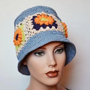 Bucket hat - horgolt vödör kalap virág mintával - világos kékesszürke alapszín, törtfehér, narancs, lila, zöld virág, Ruha & Divat, Sál, Sapka, Kendő, Kalap, Horgolás, Színésznőnek érezheted magad ebben a kalapban ! :-)\nSaját tervezésem ez a kis karimás nyári horgolt ..., Meska