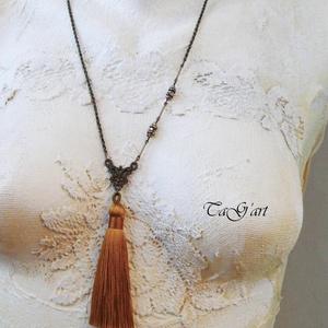 Sybil (selyembojtos, nyaklánc, art deco), Ékszer, Nyaklánc, Bojtos nyaklánc, Ékszerkészítés, Bronz színű hosszú nyakláncot készítettem aranyszínű  finom selyembojt főszereplésével.  különleges ..., Meska