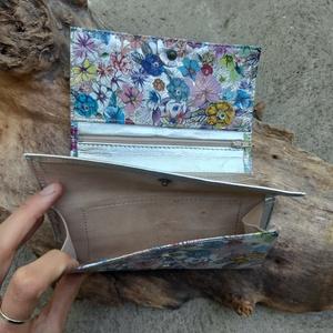 Ezüst alapon virágmintás női bőr pénztárca (TakacsBordiszmu) - Meska.hu