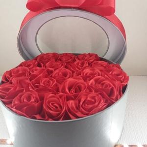 virágbox, Egyéb, Mindenmás, 17cm. átmérőjű. 19szál kanzashi technikával készült, piros rózsával díszítve. Valentin napra ajánlo..., Meska