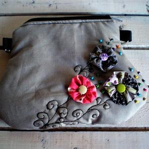 virágos övtáska, bézs, színes yo-yo virágok, Táska, Táska, Divat & Szépség, Válltáska, oldaltáska, Patchwork, foltvarrás, Varrás, egyedi yo-yo virágos övtáska, Meska