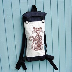 Cicás  farmer  hátizsák, Hátizsák, Hátizsák, Táska & Tok, Varrás, Hímzett cicás hátizsák.\nA hátizsák hosszanti téglalap alakú, alkalmas nagyobb méretű műanyag flakon ..., Meska