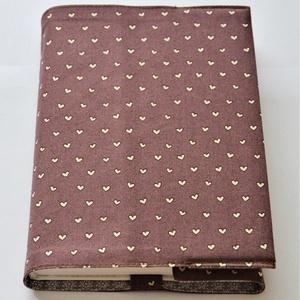 Lila szivecskés textil könyvborító, Könyv- és füzetborító, Papír írószer, Otthon & Lakás, Varrás, Pamutvászonból készült ez a csupa szív textil könyvborító.\nMérete: 21x40 cm (kiterítve). A jobb szél..., Meska
