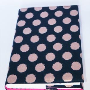 Textil könyvborító, Otthon & Lakás, Könyv- és füzetborító, Papír írószer, Designer pamutvászonból készült ez a babos/pöttyös textil könyvborító. Mérete: 21x40 cm (kiterítve)...., Meska