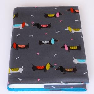 Textil könyvborító, Otthon & Lakás, Könyv- és füzetborító, Papír írószer, Designer pamutvászonból készült ez a kutyus mintás textil könyvborító. Mérete: 21,5x40 cm (kiterítve..., Meska