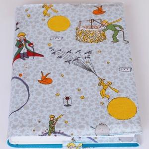 Textil könyvborító, Otthon & Lakás, Könyv- és füzetborító, Papír írószer, Designer pamutvászonból készült ez a Kis herceg rajzokkal díszített textil könyvborító. Mérete: 21,5..., Meska