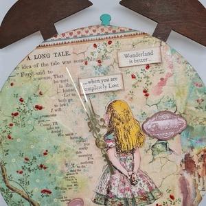 Alice csodaországban falióra, Otthon & Lakás, Dekoráció, Falióra & óra, Decoupage, transzfer és szalvétatechnika, Gyurma, Kedves Érdeklődő! \n\nVekker mintájú falapra készült Alice Csodaországban által inspirált falapra, 3D-..., Meska
