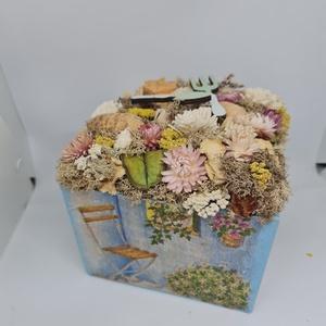Kék taverna asztaldísz kerti eszközökkel , Otthon & Lakás, Dekoráció, Asztaldísz, Mindenmás, Decoupage, transzfer és szalvétatechnika, Kedves Érdeklődő! \n\nA termék mérete:17*17*11 doboz  vidám nyári színekkel ideális egy kertészkedést ..., Meska