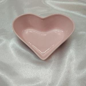 Rózsaszín szív alakú tálka, Ékszer, Ékszertartó, Ékszertartó állvány, Kerámia, Rózsaszín, szív alakú tálka, mely ékszertartóként vagy önmagában is az asztal dísze lehet.\nKézzel ké..., Meska