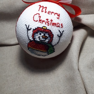 Hóemberes gömb, Karácsony & Mikulás, Karácsonyfadísz, Hímzés, Egyedi dísze lehet a fenyőfádnak ez a különleges gömb.\nKeresztszemes hímzéssel készült.A gömb átmérő..., Meska