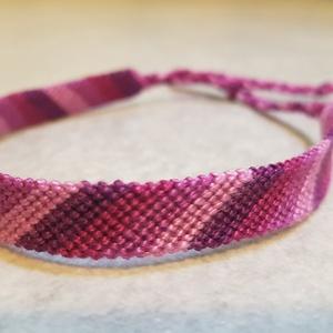 A lila négy árnyalata csomózott karkötő, Ékszer, Karkötő, Csomózás, Gyöngyfonalból csomózási technikával készült barátság karkötő vidám lila színekkel. \nA csomózott min..., Meska