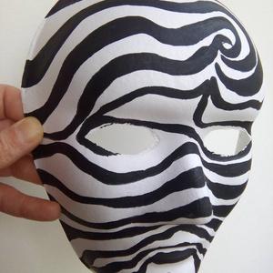 Maszk fekete-fehér, Farsang, Ünnepi dekoráció, Dekoráció, Otthon & lakás, Festett tárgyak, 18x24 cm-es maszkot fehér papír alapra  készítettem. Kézzel, fekete akrilfestékkel festettem. \nA mér..., Meska