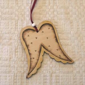 Karácsonyfadísz - angyalszárny, Karácsony & Mikulás, Karácsonyfadísz, Gravírozás, pirográfia, Pirográffal díszített lapos angyalszárny formájú karácsonyfadísz. Felakaszthatod akár ajtóra, ablakr..., Meska