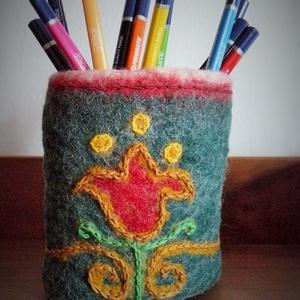 Hímzett tulipános asztali ceruzatartó, nemez, Otthon & Lakás, Tárolás & Rendszerezés, Íróasztali tároló, Nemezelés, Hímzés, Nemezelt, majd hímzéssel díszített asztali ceruzatartó.\nTalpát vékony parafalap merevíti pluszban.\n\n..., Meska