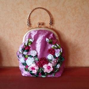 Táska, rózsaszín, Táska, Táska, Divat & Szépség, Pénztárca, tok, tárca, Esküvő, Varrás, Hímzés, Táska. \nKészítettem ezt a táskát, szalaghímzés. \nEgy példányban.\nA fémkeret 16 cm széles, magassága ..., Meska