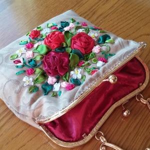 Piros rózsás táska., Táska, Táska, Divat & Szépség, Esküvő, Húsvéti díszek, Ünnepi dekoráció, Dekoráció, Otthon & lakás, Pénztárca, tok, tárca, Hímzés, Varrás, Piros rózsás táska.\nTáska rózsákkal. Hímzett selyem szalagok.\nBézs színű szövet.\nSzatén bélés.\nSzéle..., Meska