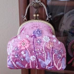 Rózsaszín kézitáska., Táska & Tok, Kézitáska & válltáska, Kézitáska, Varrás, Hímzés, Készítettem ezt a táskát, szalaghímzés. \nRózsaszín szín. Virágokkal.\nEgy példányban.\nA fémkeret 25 c..., Meska