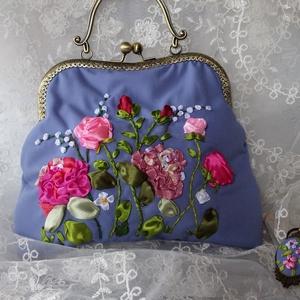 Kék kézitáska, virággal, hímzéssel. Egy medállal., Táska & Tok, Kézitáska & válltáska, Kézitáska, Varrás, Hímzés, Kék kézitáska, virággal, hímzéssel. Egy medállal.\nKézzel készített kézitáska. Hímzés selyem szalagga..., Meska